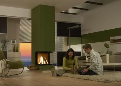Brunner Panorama-Kamin - 57/40/60/40 grün im Wohnraum mit Model